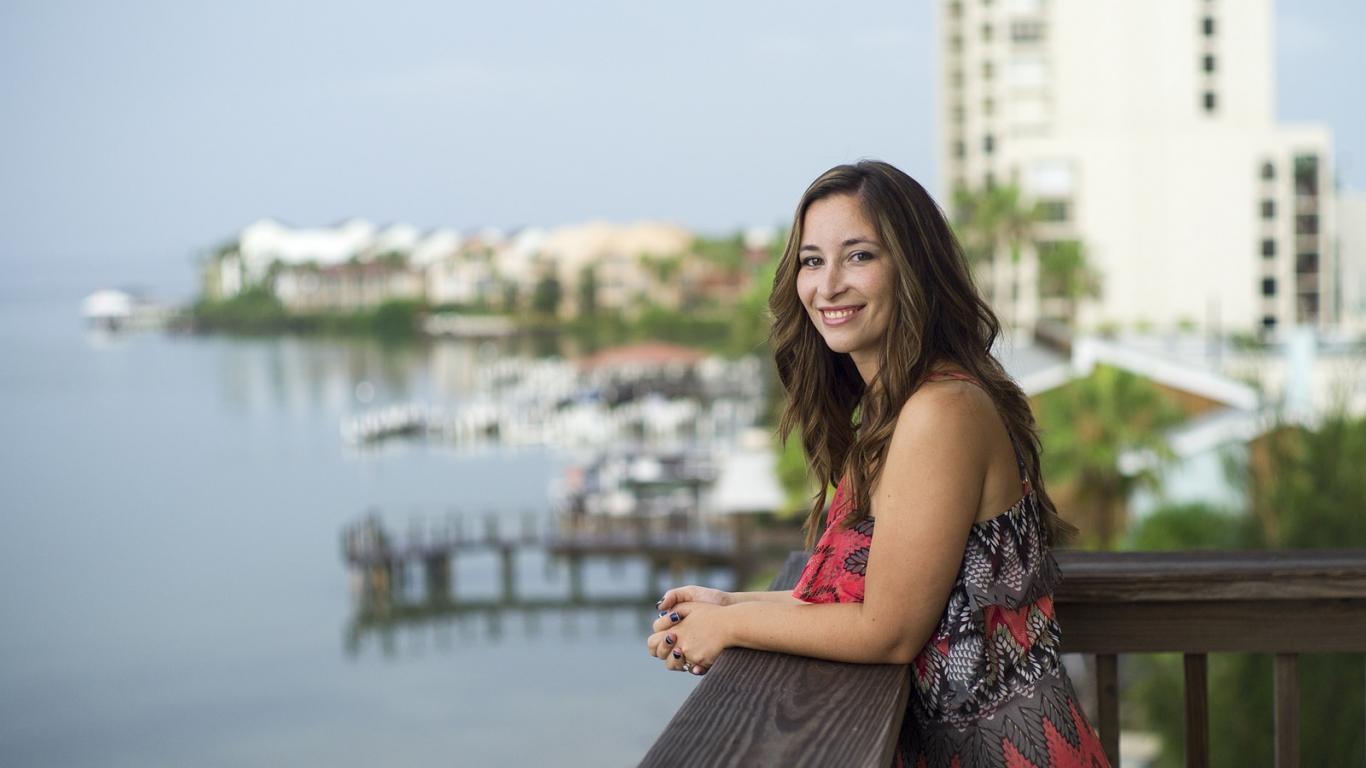 Una mujer frente al mar - 1366x768