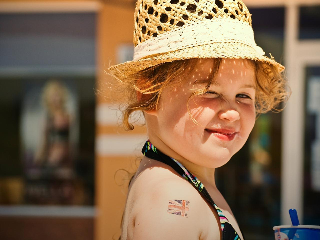 Una pequeña niña rubia - 1280x960