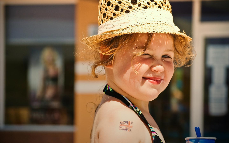 Una pequeña niña rubia - 1440x900