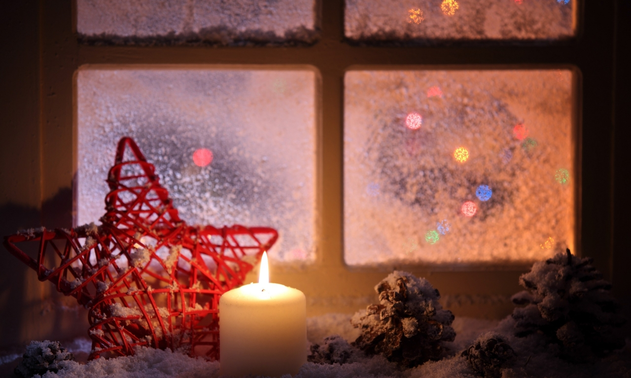 Vela junto a la ventana en navidad - 1280x768