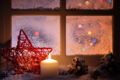 Vela junto a la ventana en navidad - 480x320