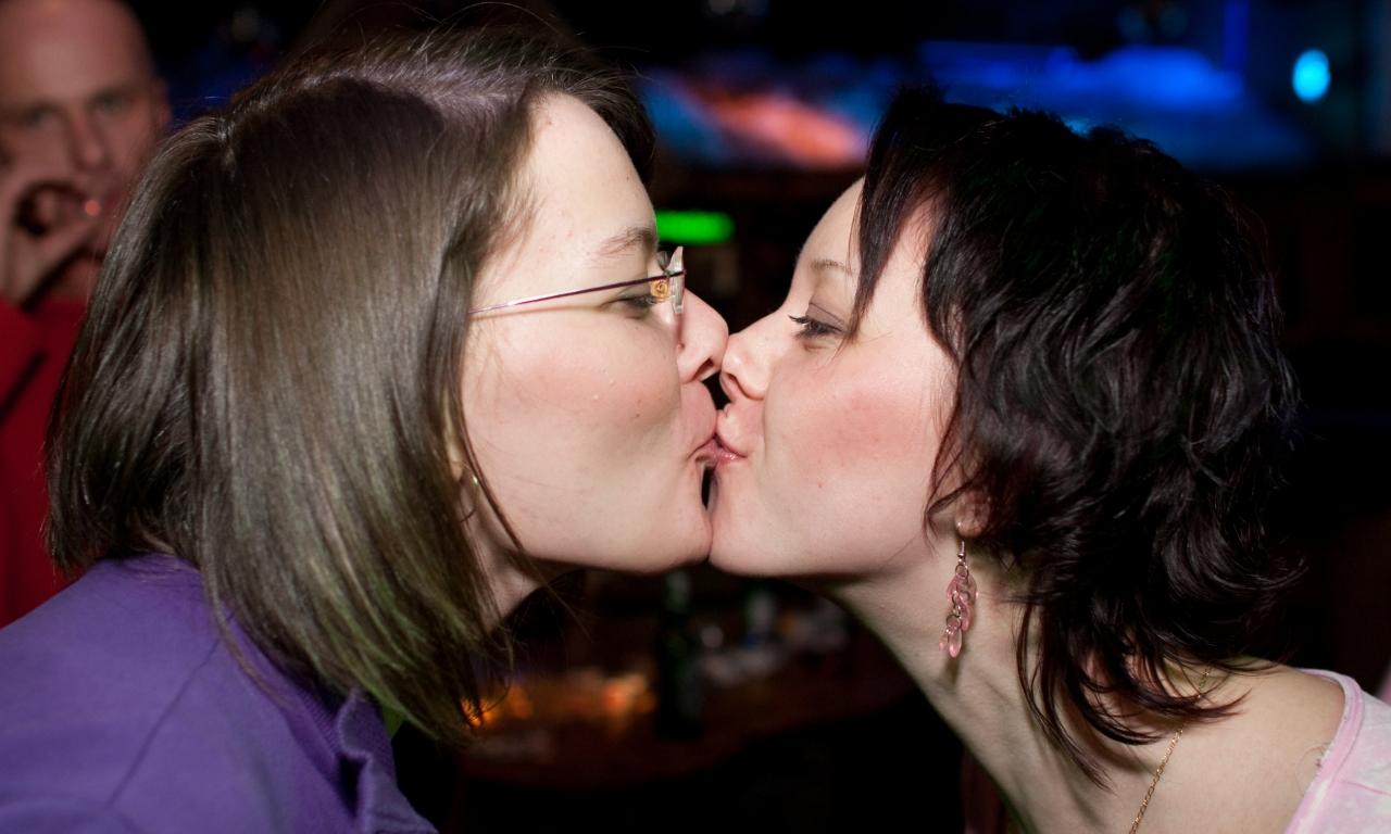 Besos de chicas - 1280x768