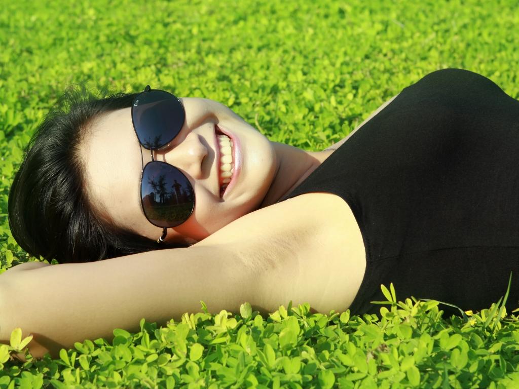 Chica acostada en el jardin - 1024x768