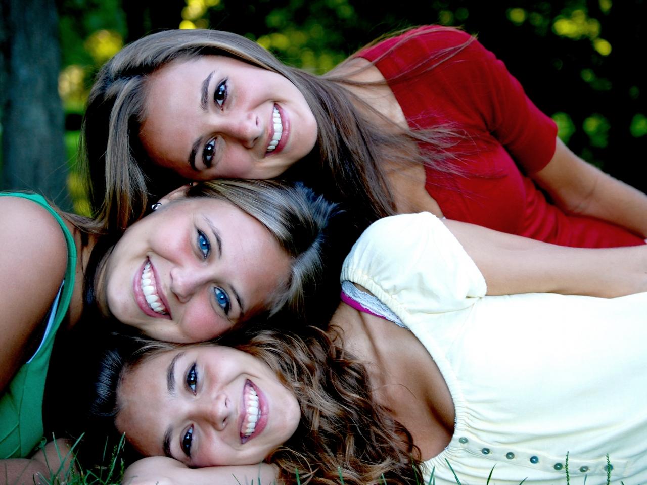 Chicas amigas sonrientes - 1280x960