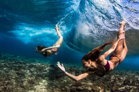 Chicas nadando bajo las olas - 480x320