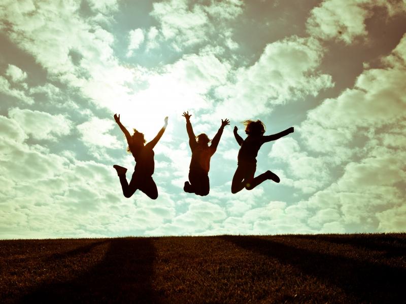 Chicas saltando - 800x600