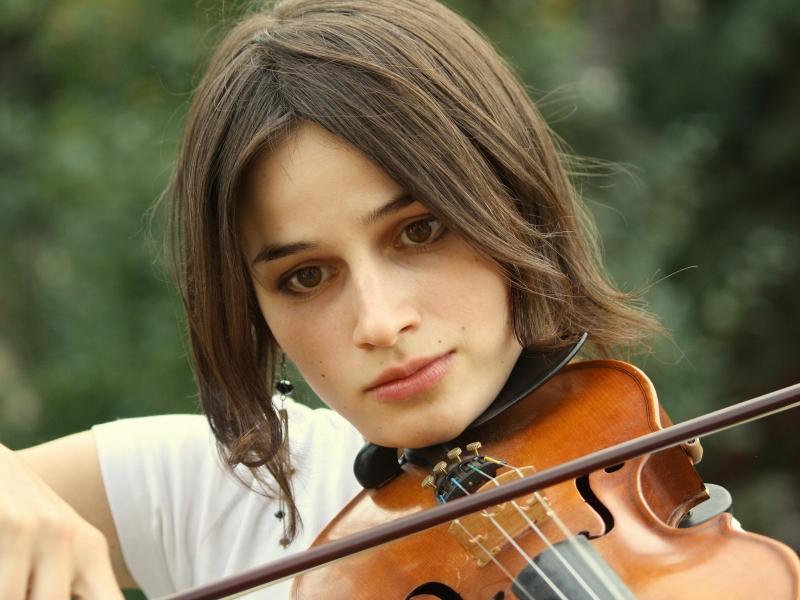 Chicas tocando violin - 800x600