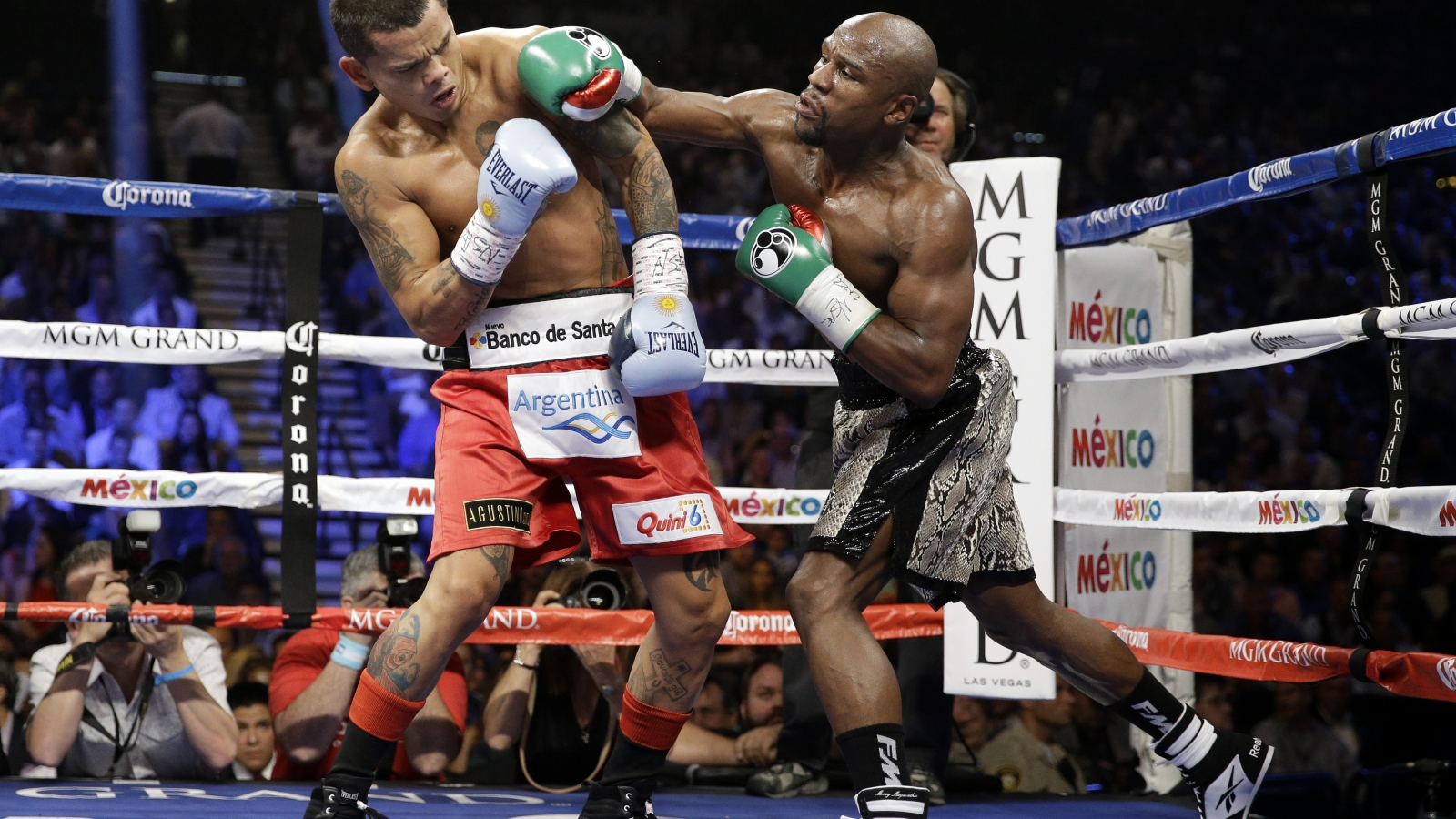 Floyd Mayweather peleando - 1600x900