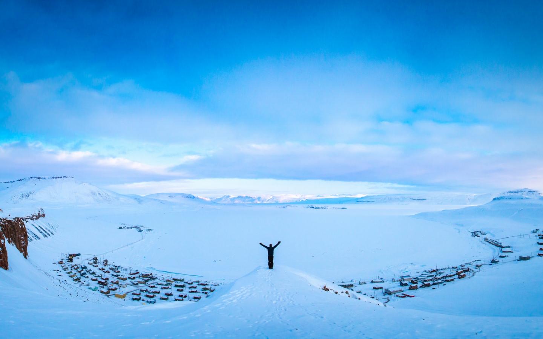 Hombre en la nieve - 1440x900
