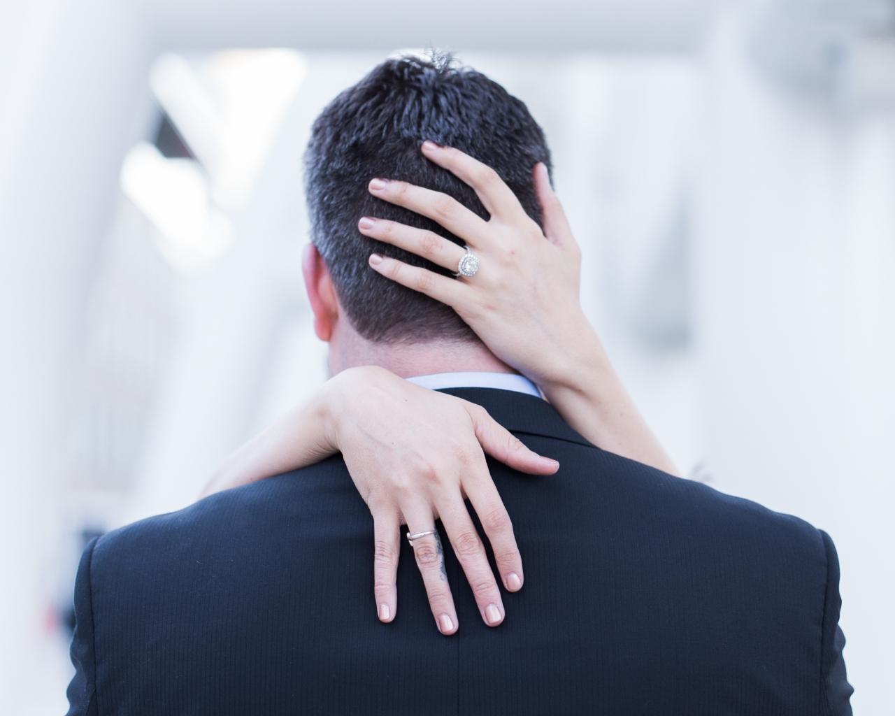 Pareja de novios abrazados - 1280x1024