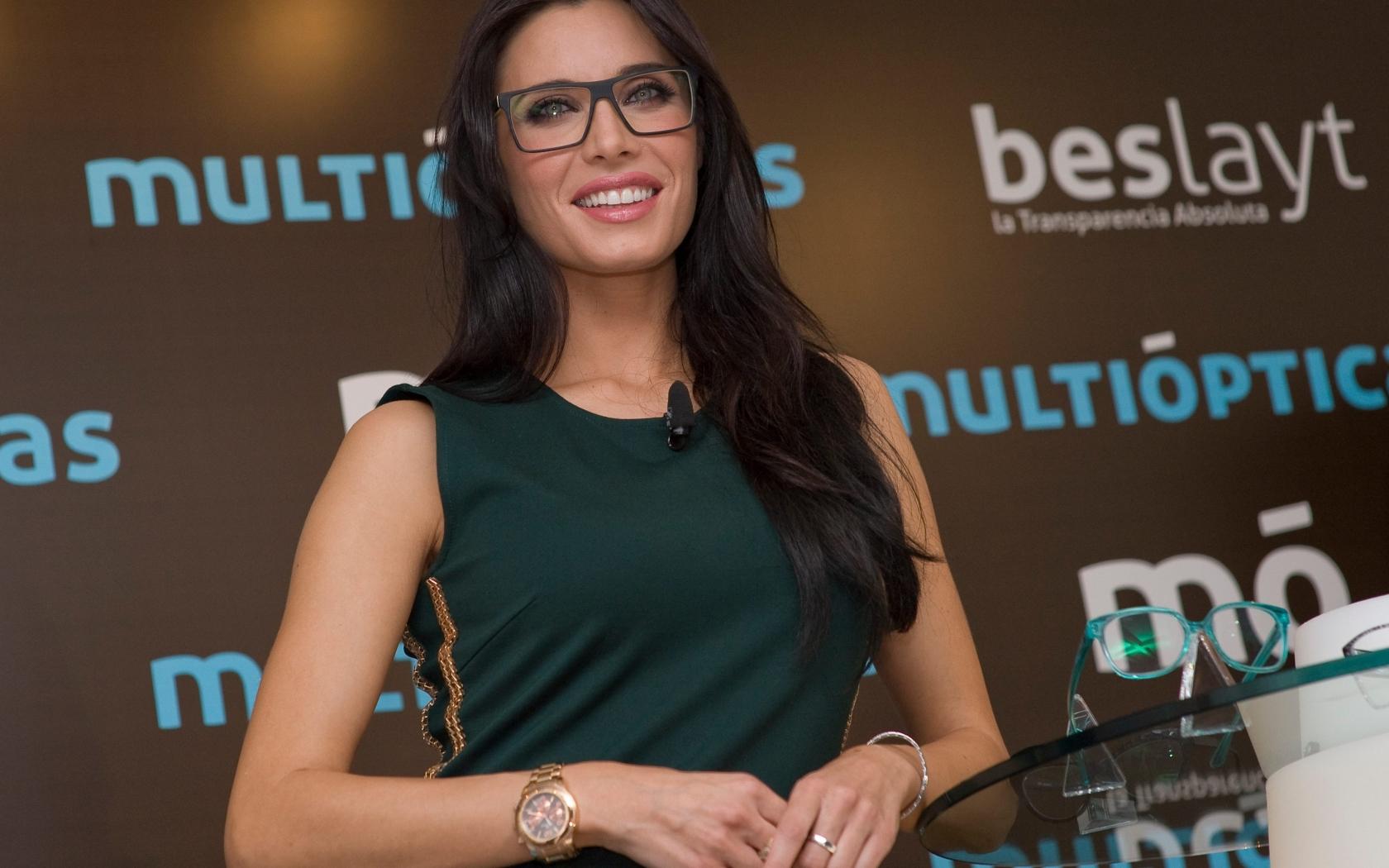 Pilar Rubio con lentes - 1680x1050