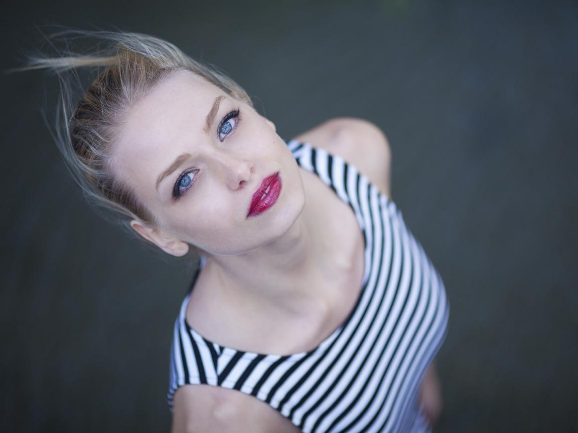 Rubia con ojos azules - 1152x864