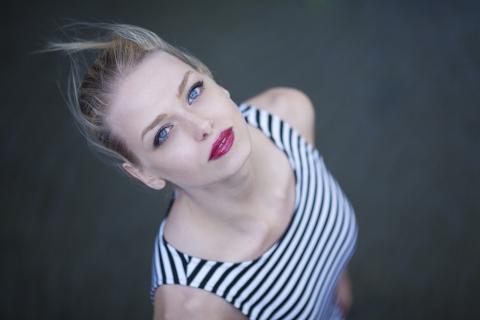 Rubia con ojos azules - 480x320