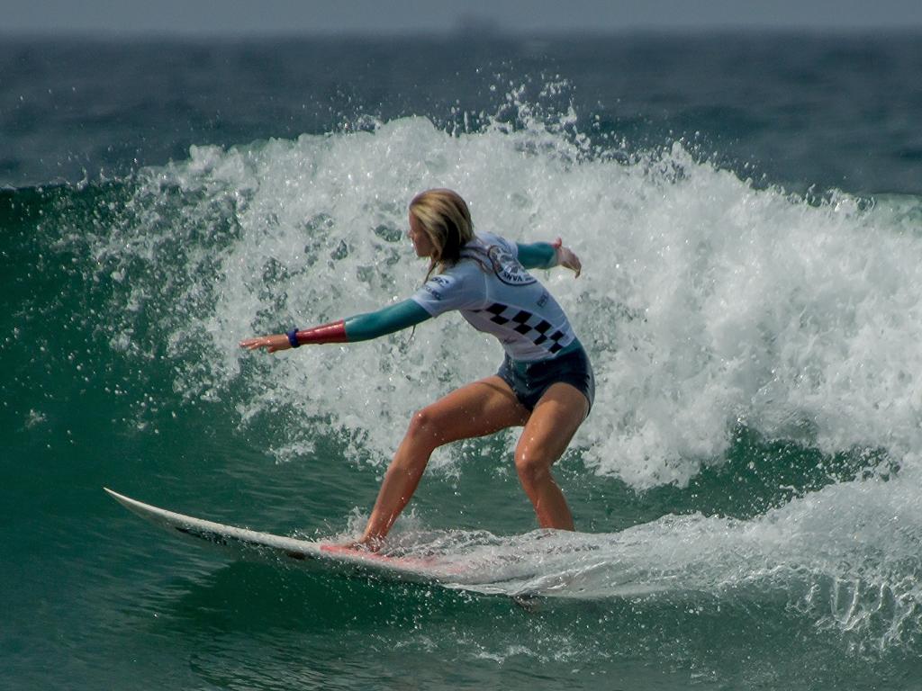Rubias practicando Surf - 1024x768