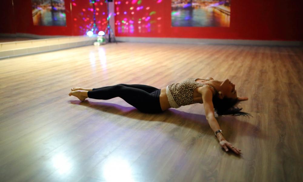 Una chica en el piso bailando - 1000x600
