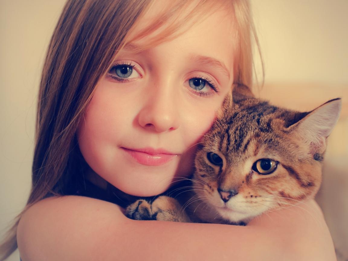 Niñas abrazando a gatos - 1152x864