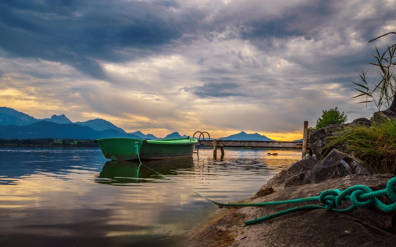 Un bote en un lago de la selva - 1440x900