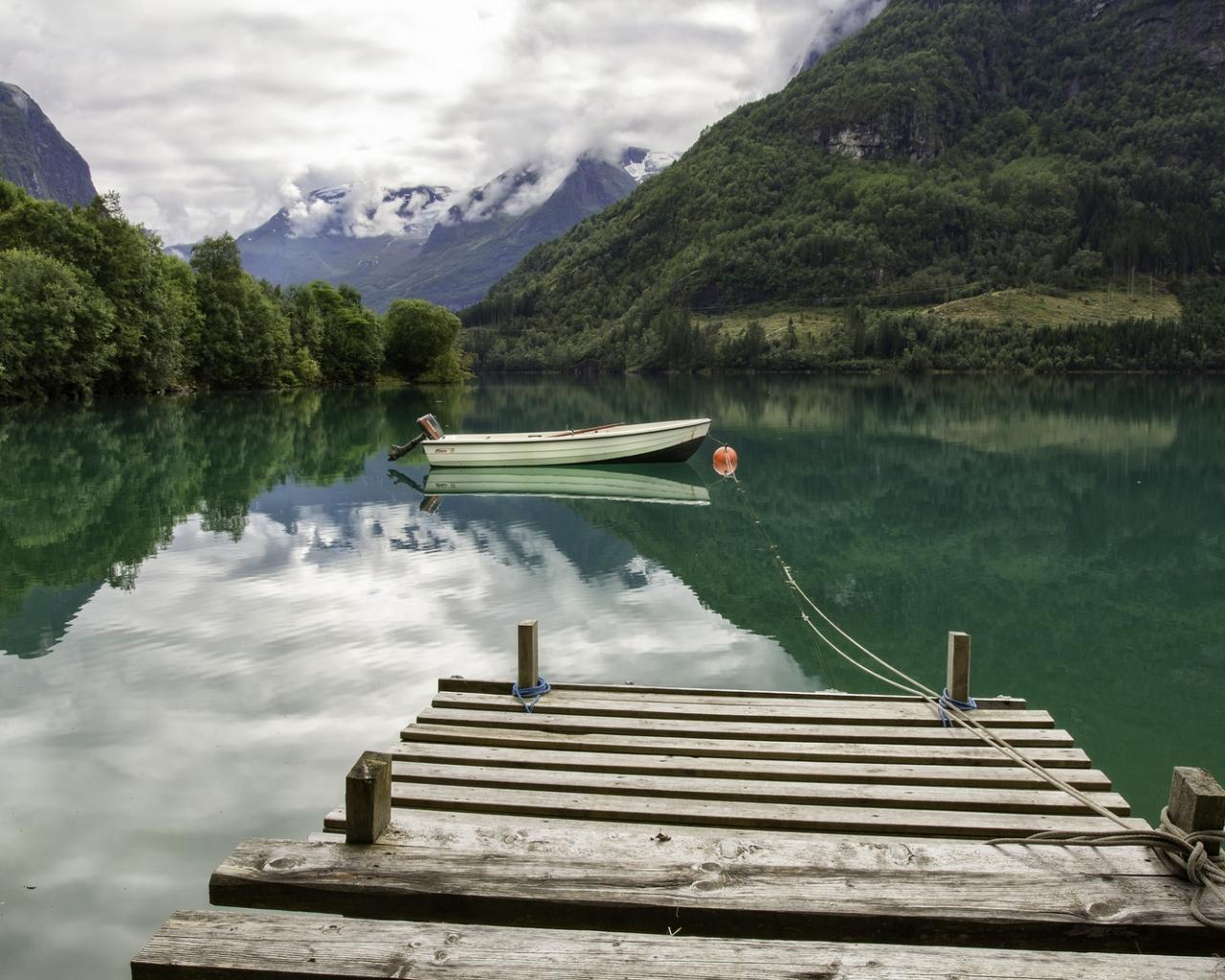 Un lago verde y un bote - 1280x1024