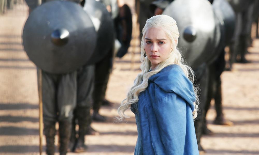 Daenerys Targaryan y los soldados - 1000x600