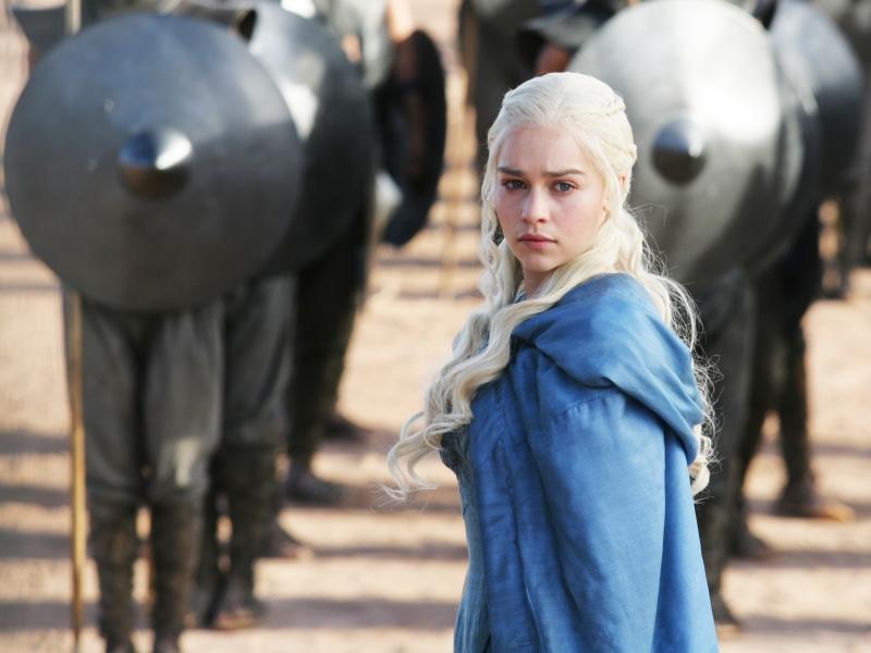 Daenerys Targaryan y los soldados - 800x600