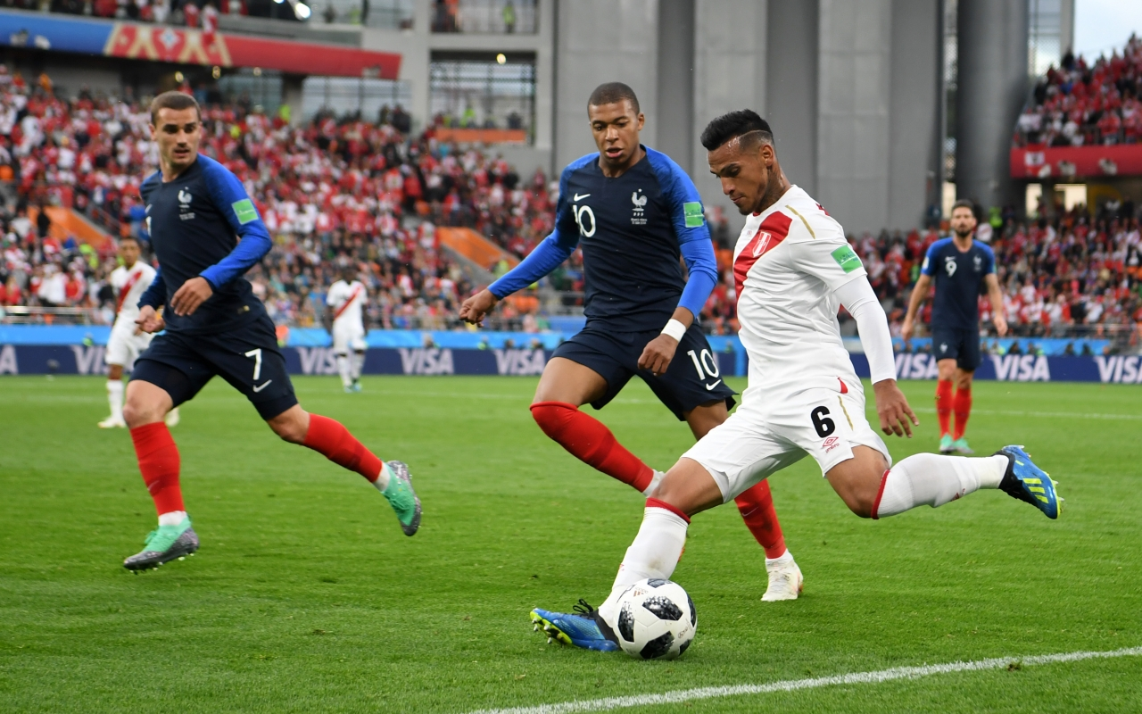Kylian Mbappe y Miguel Trauco - 1280x800