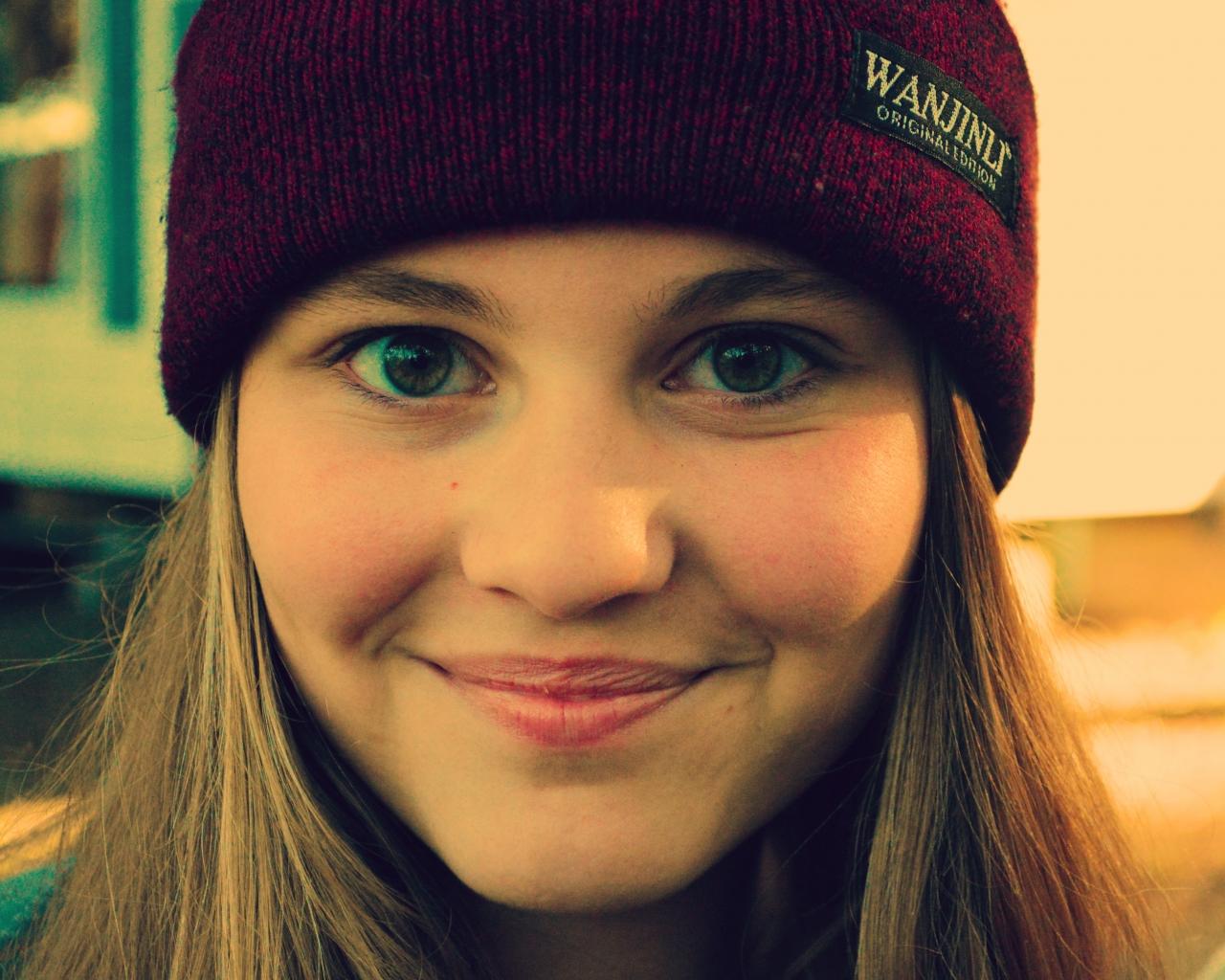 Chica sonriendo con gorra - 1280x1024