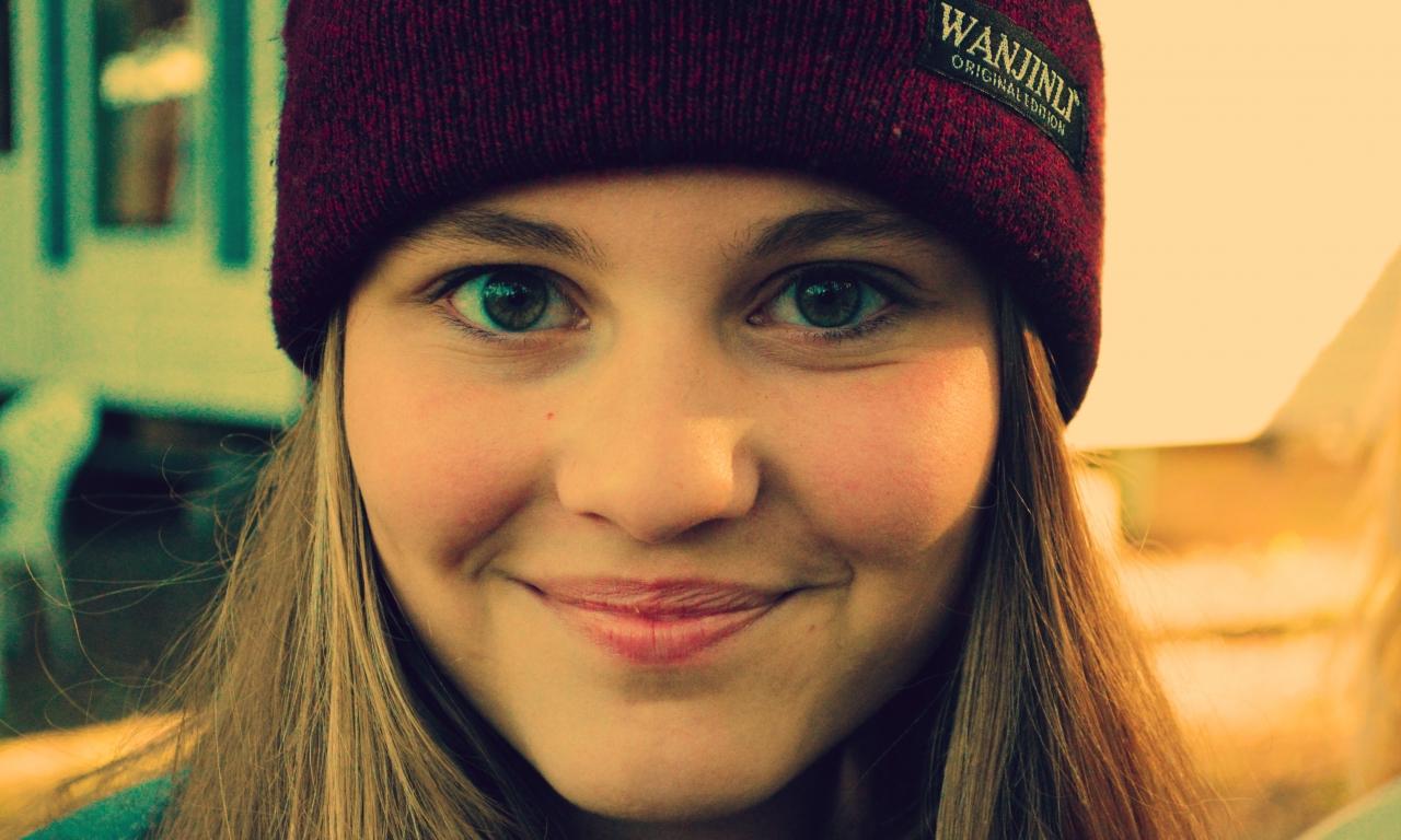 Chica sonriendo con gorra - 1280x768