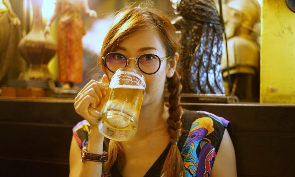 Chicas tomando cerveza - 1000x600