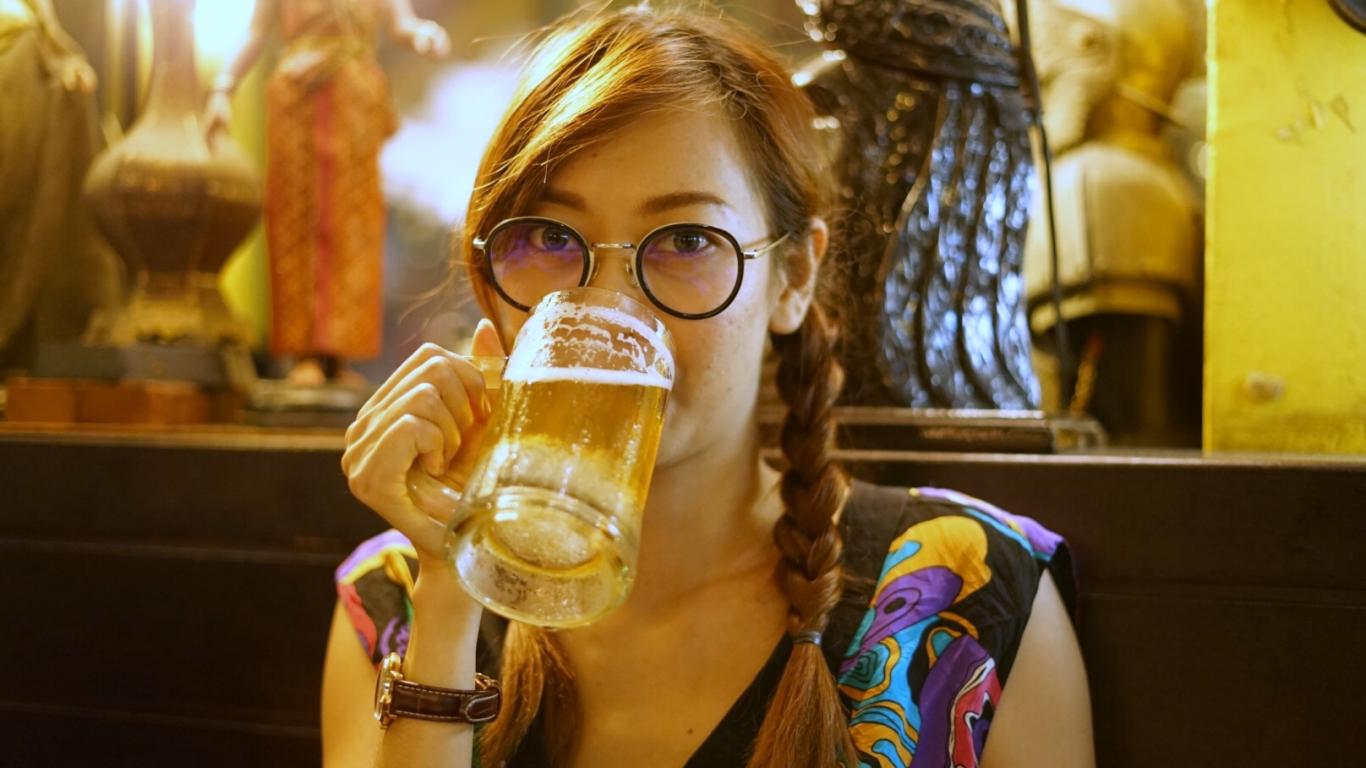 Chicas tomando cerveza - 1366x768