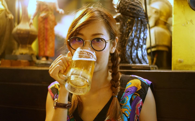 Chicas tomando cerveza - 1440x900