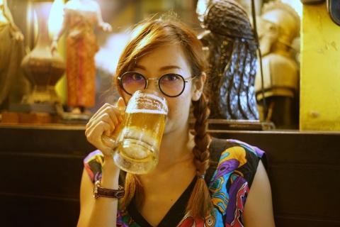 Chicas tomando cerveza - 480x320