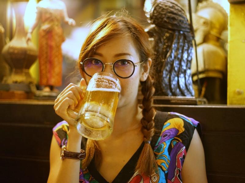 Chicas tomando cerveza - 800x600