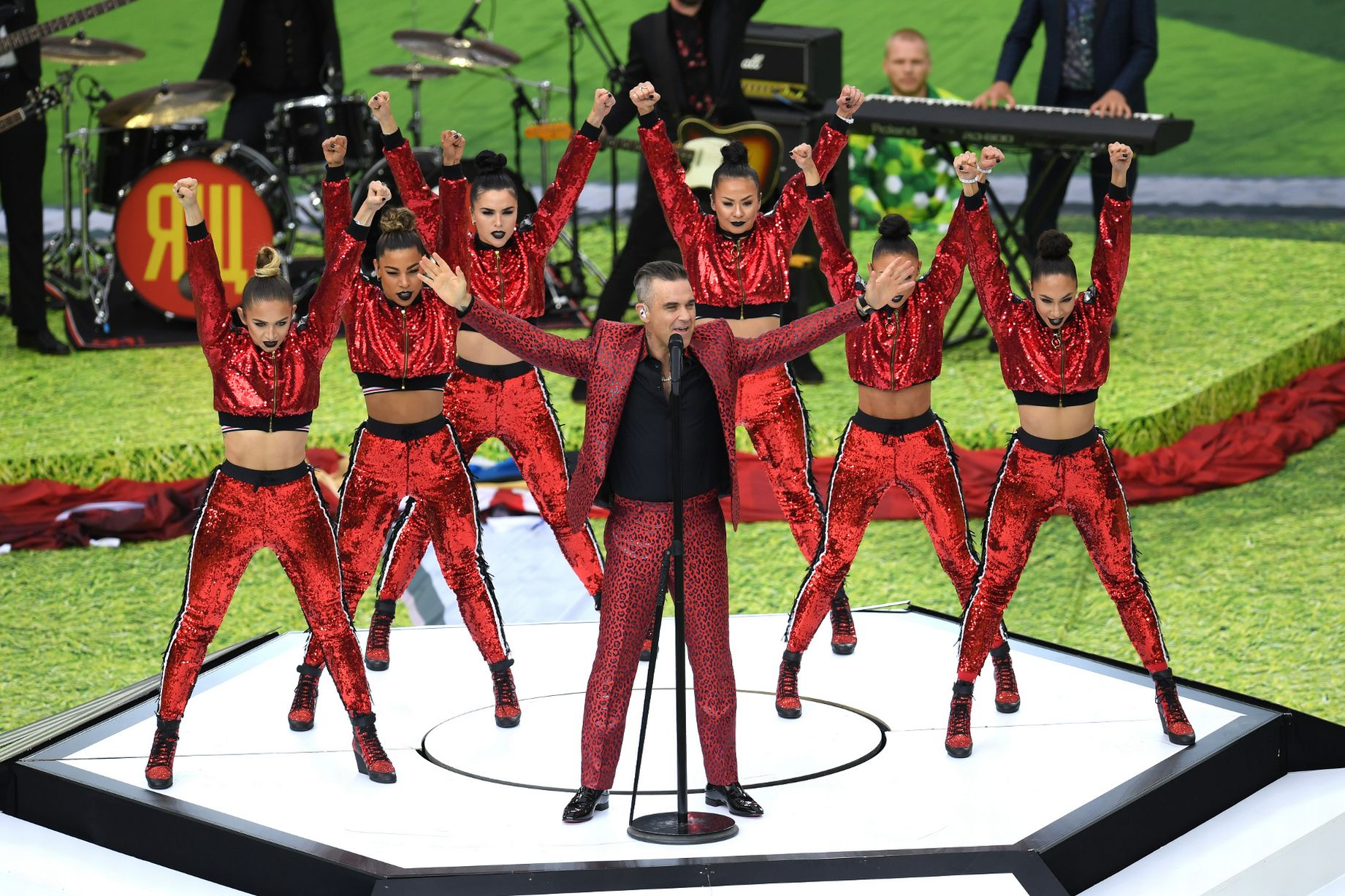 Robbie Williams cantando - 1841x1227