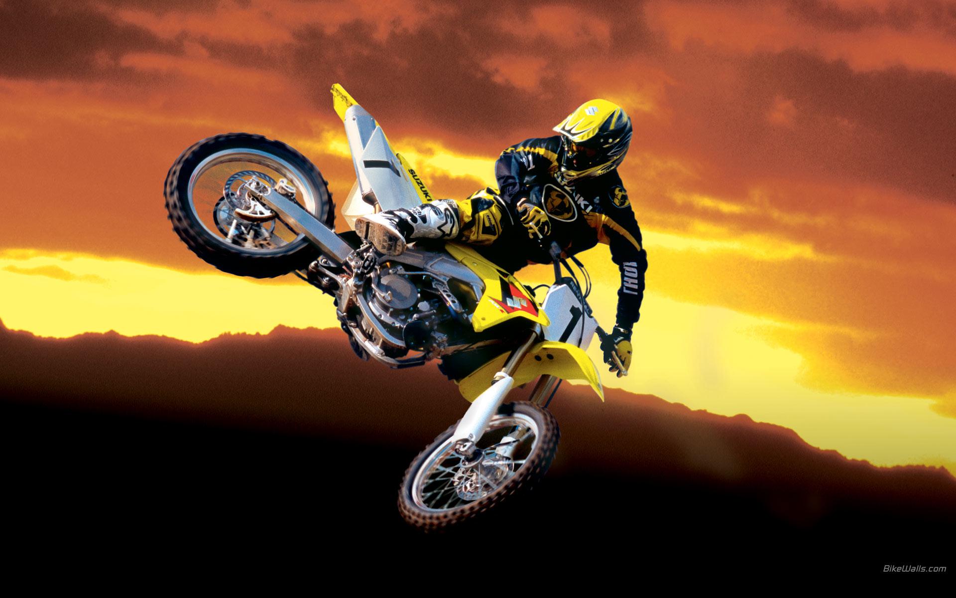 Saltos en motocross al atardecer - 1920x1200