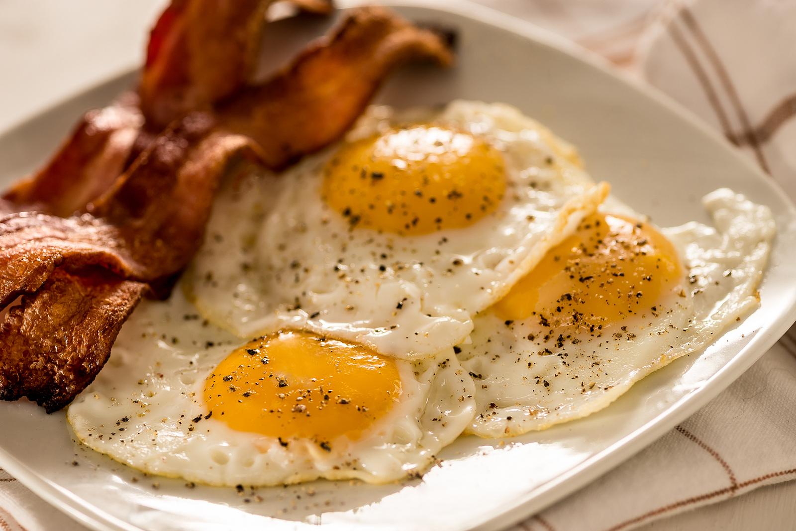 Tocino y huevos - 1600x1067