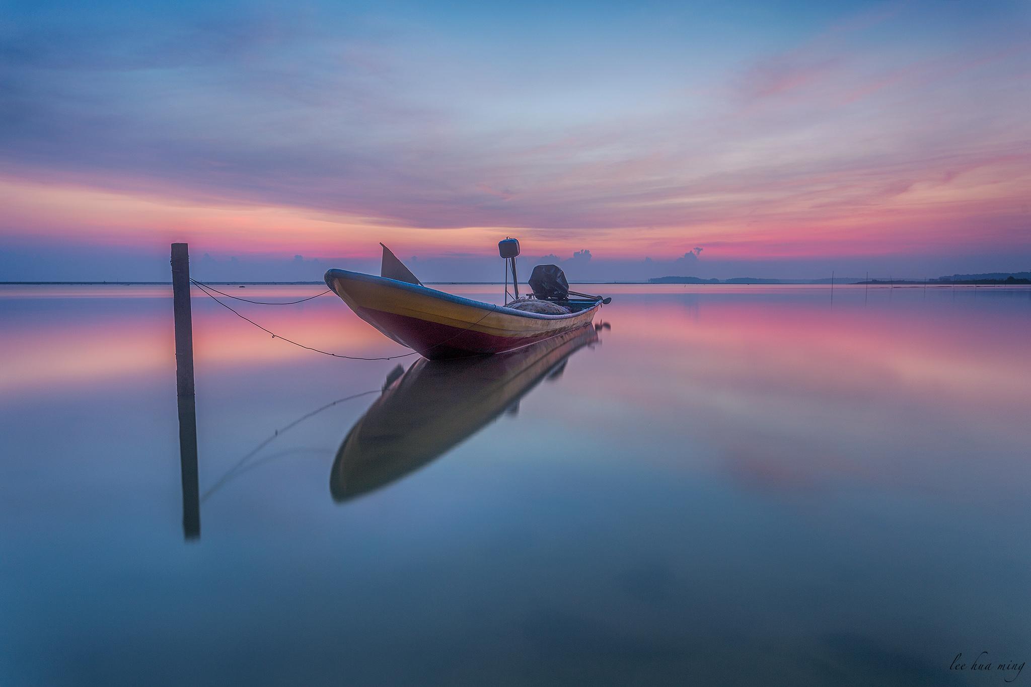 Un bote en la playa con reflejos - 2048x1365