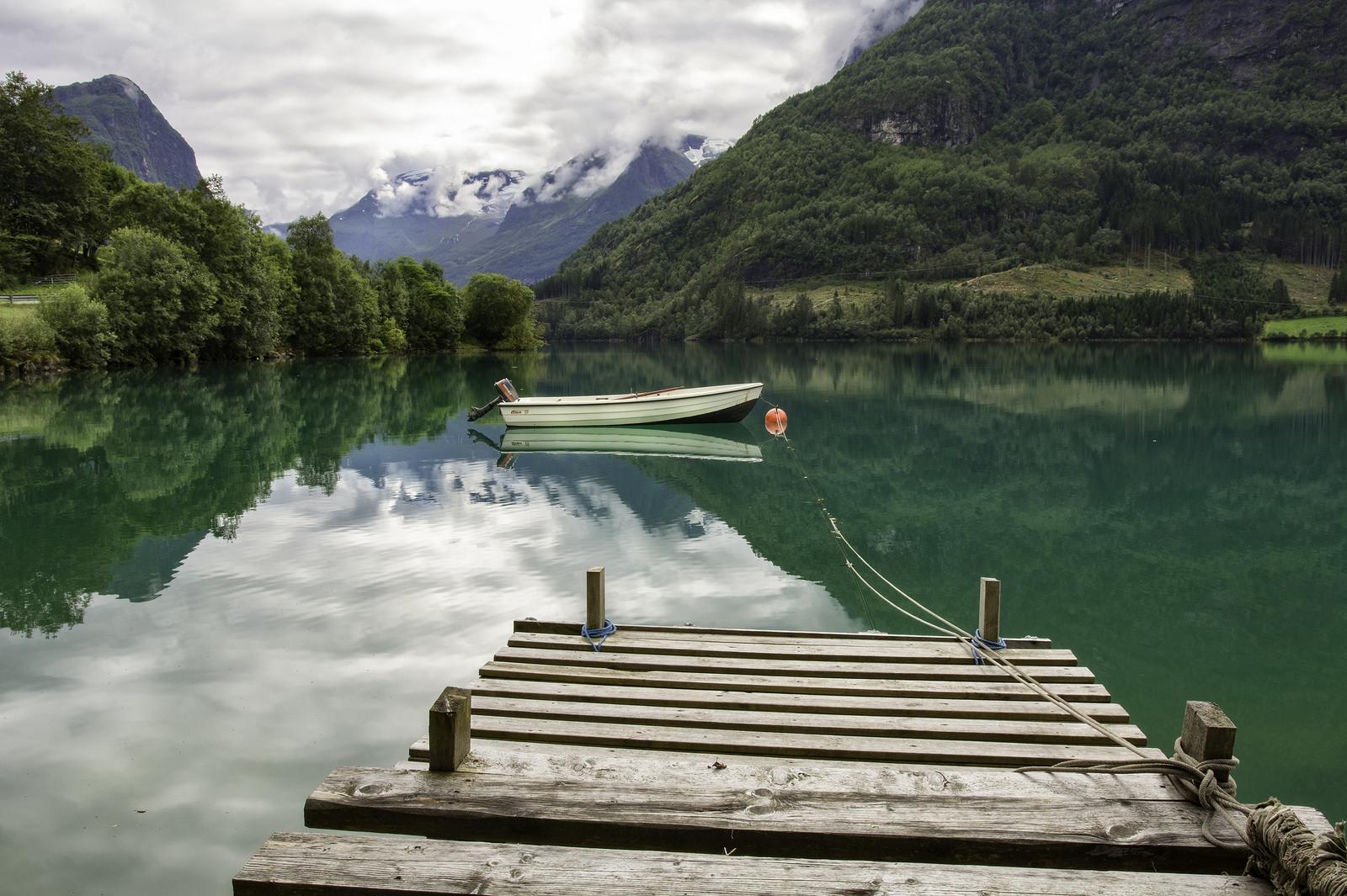 Un lago verde y un bote - 1600x1065