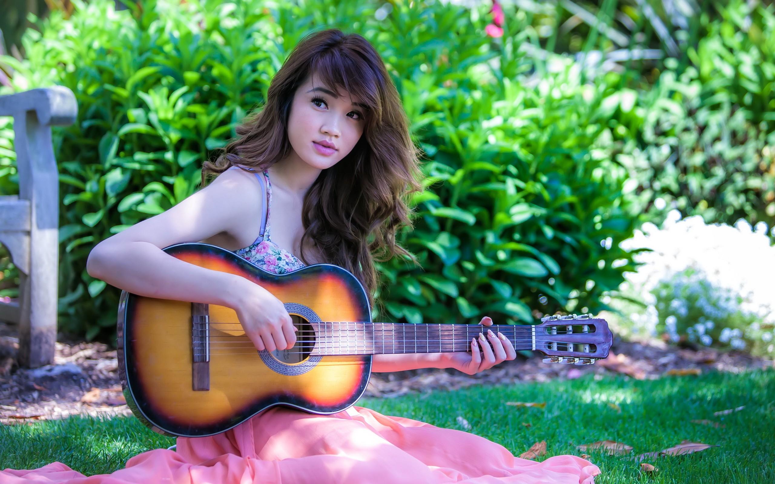 Una asiática con guitarra - 2560x1600
