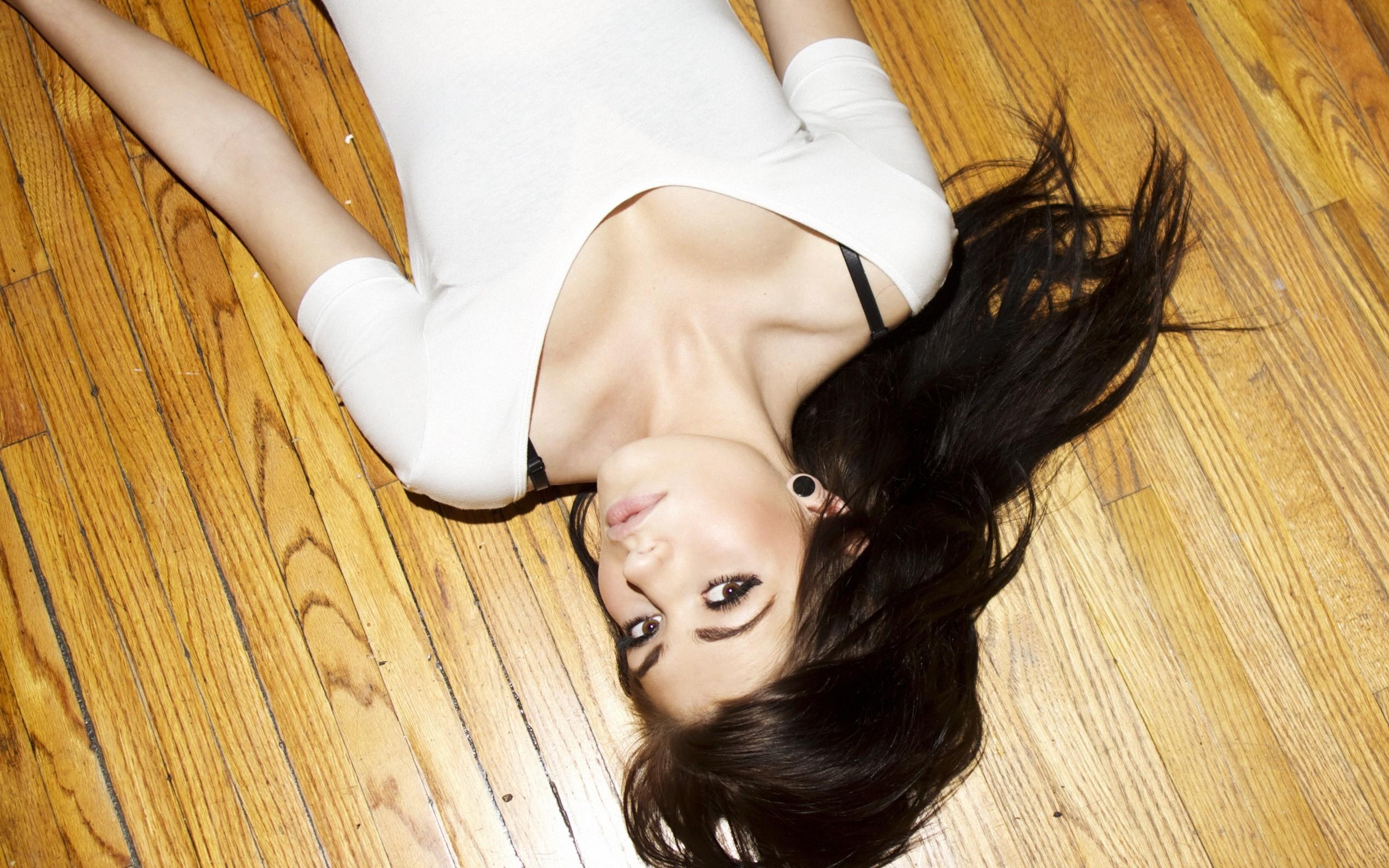 Una chica acostada en el piso - 2560x1600