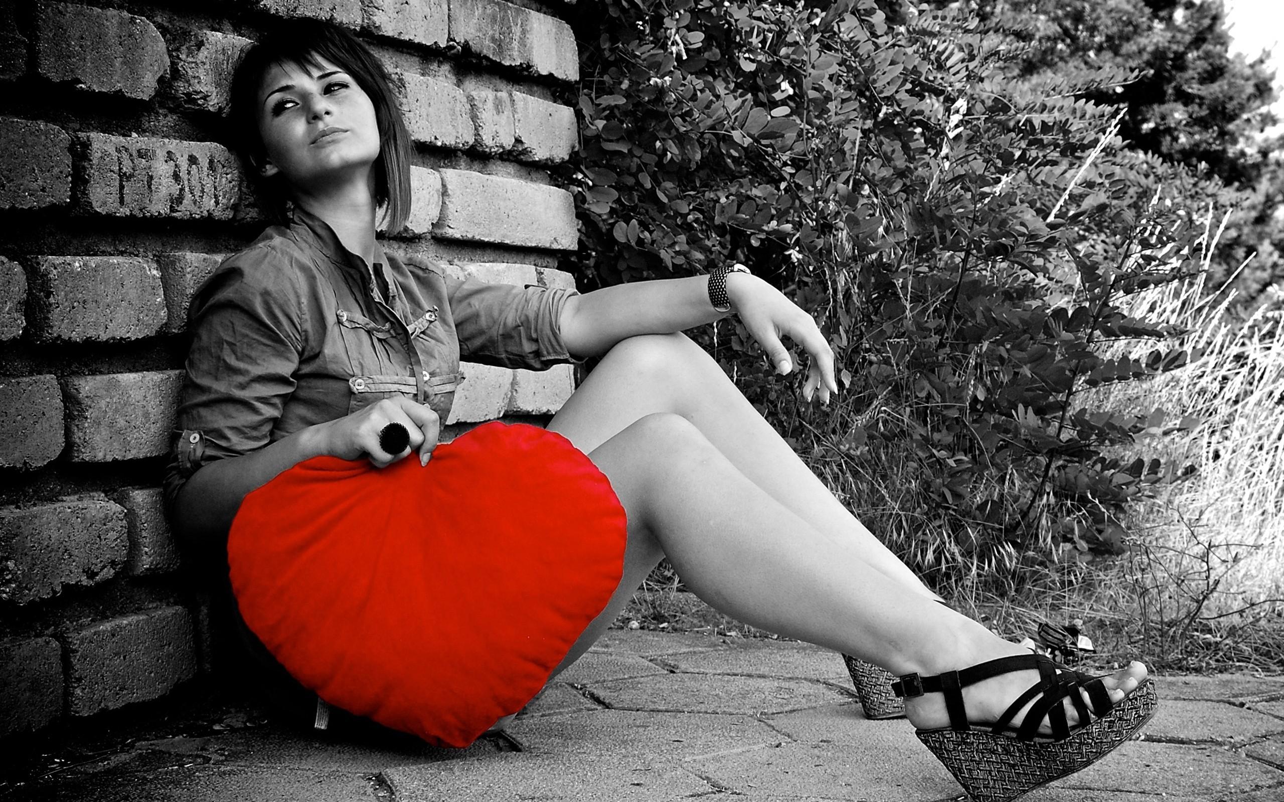 Una chica con una almohada en corazon - 2560x1600