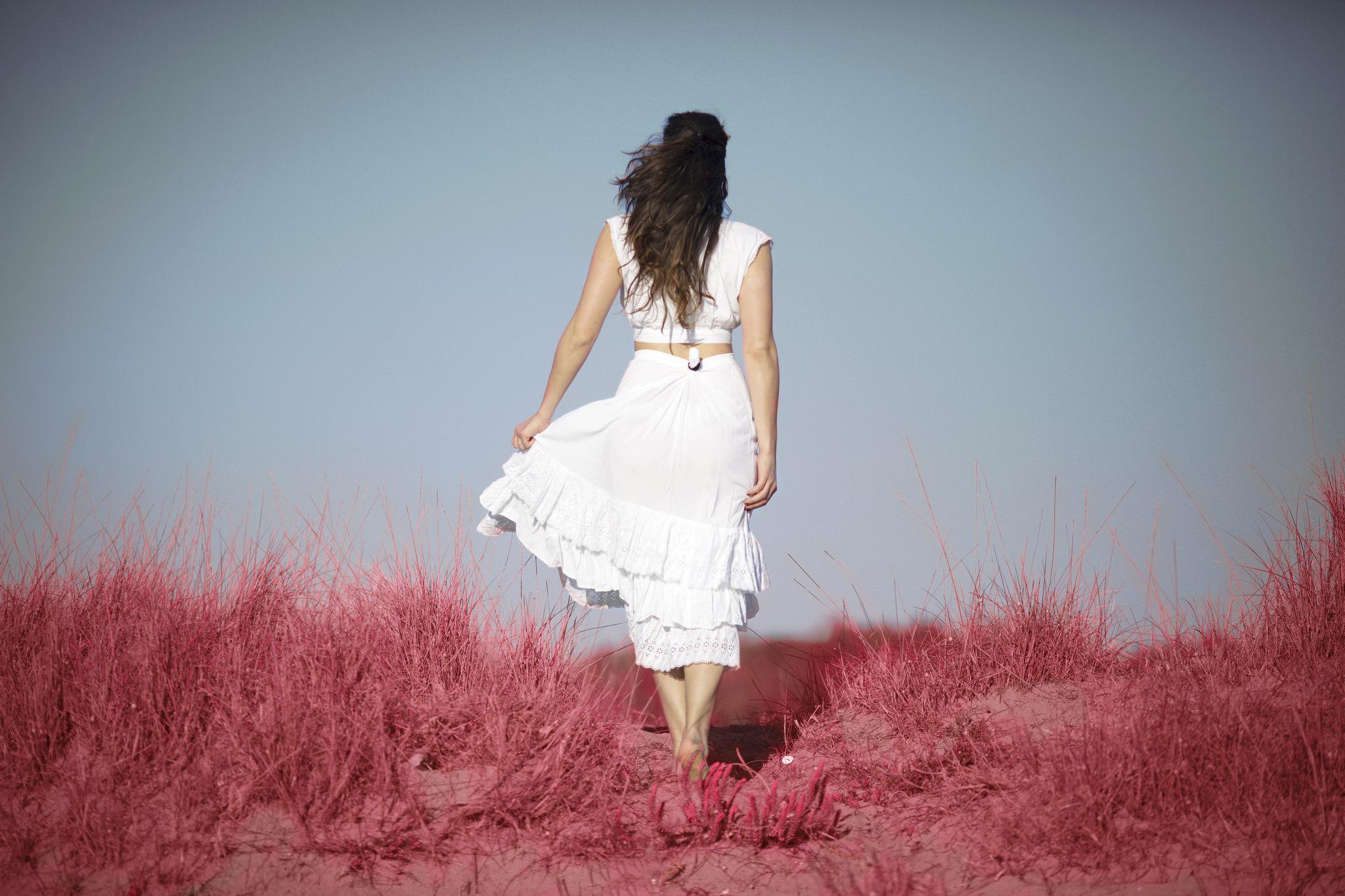 Una chica de espaldas - 2048x1365