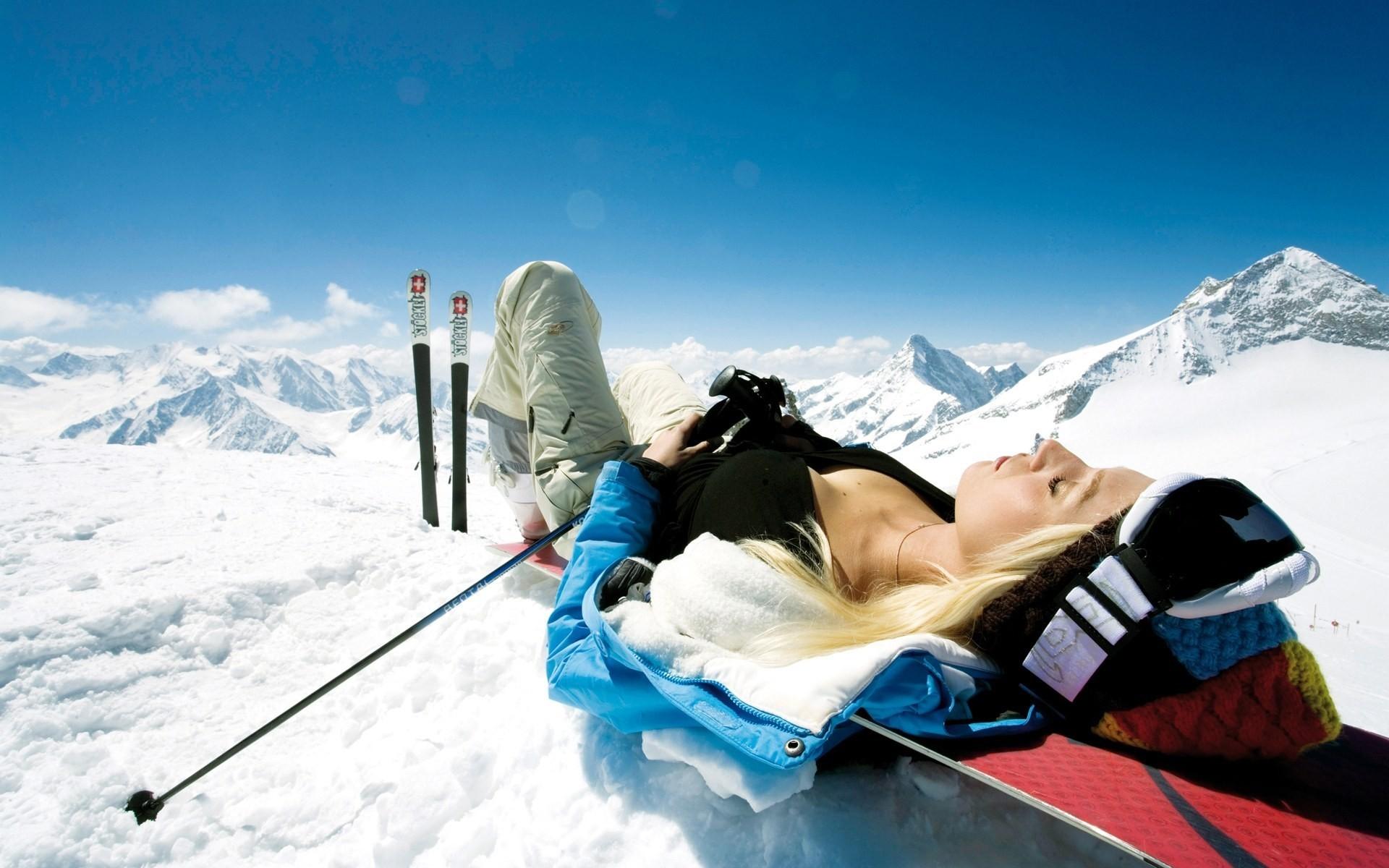 Una chica descansando en la nieve - 1920x1200