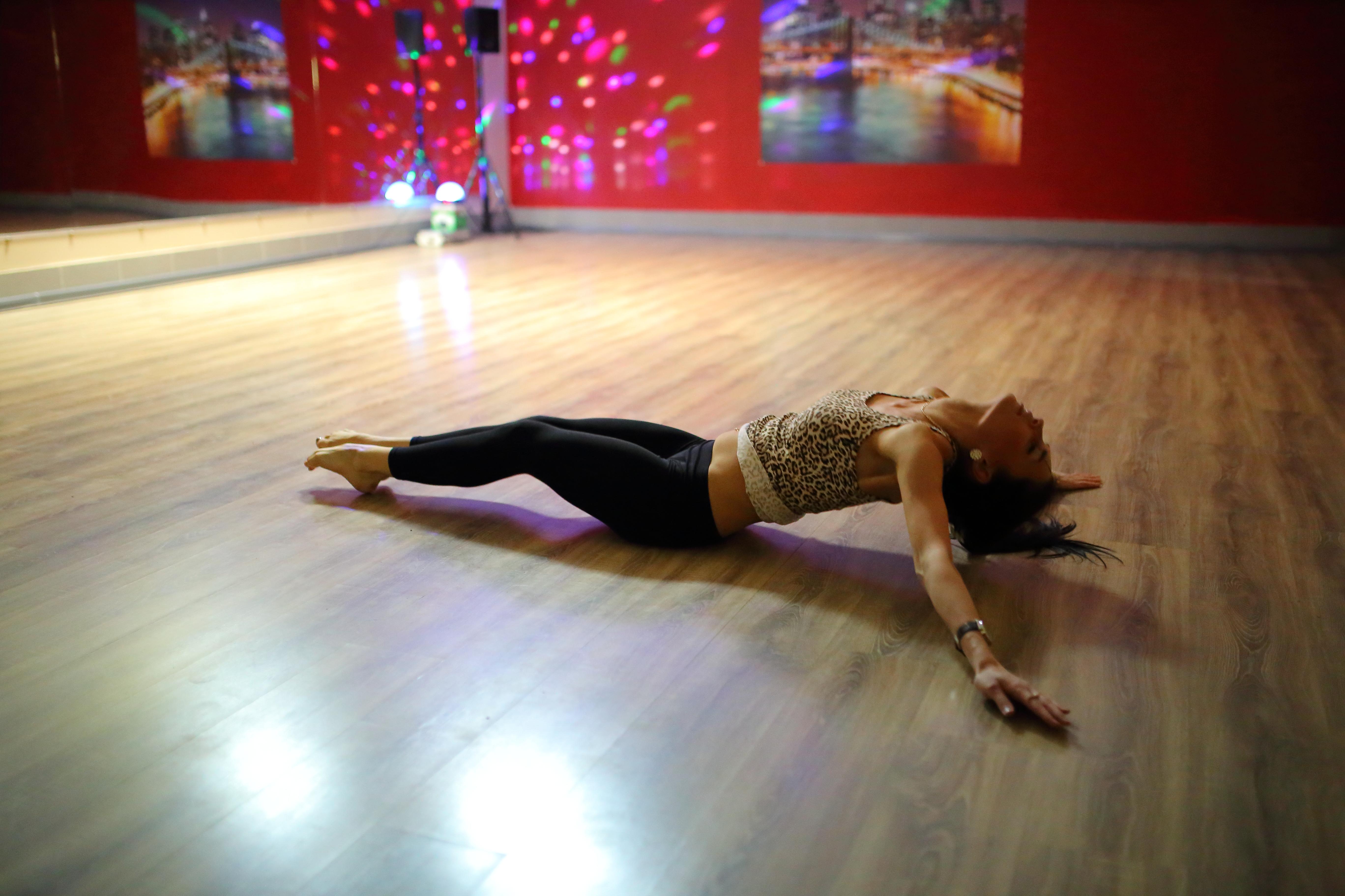 Una chica en el piso bailando - 5472x3648