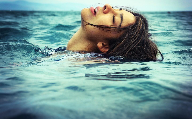Una chica nadando en el mar - 1440x900