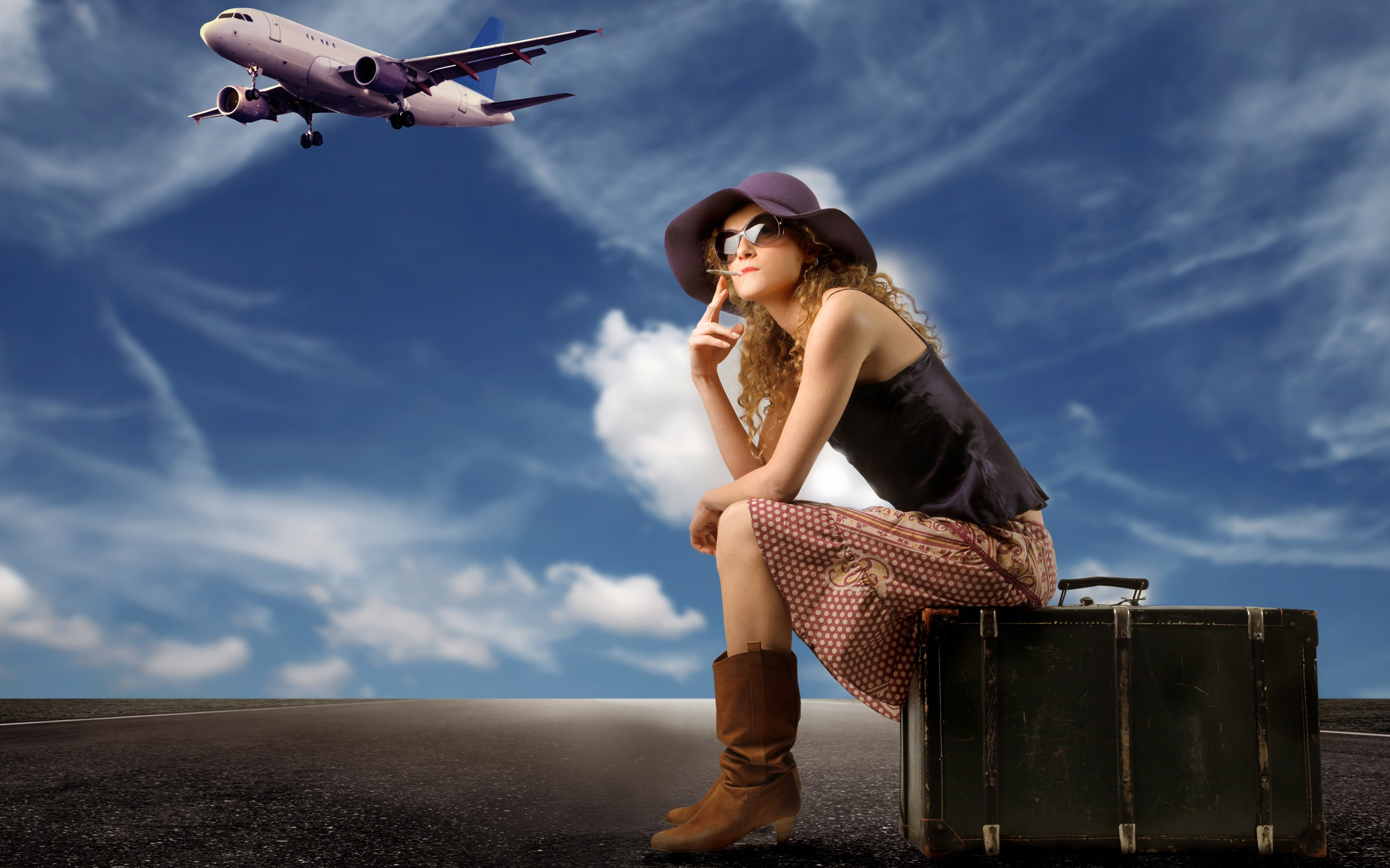 Una chica viajera y sus maletas - 2560x1600