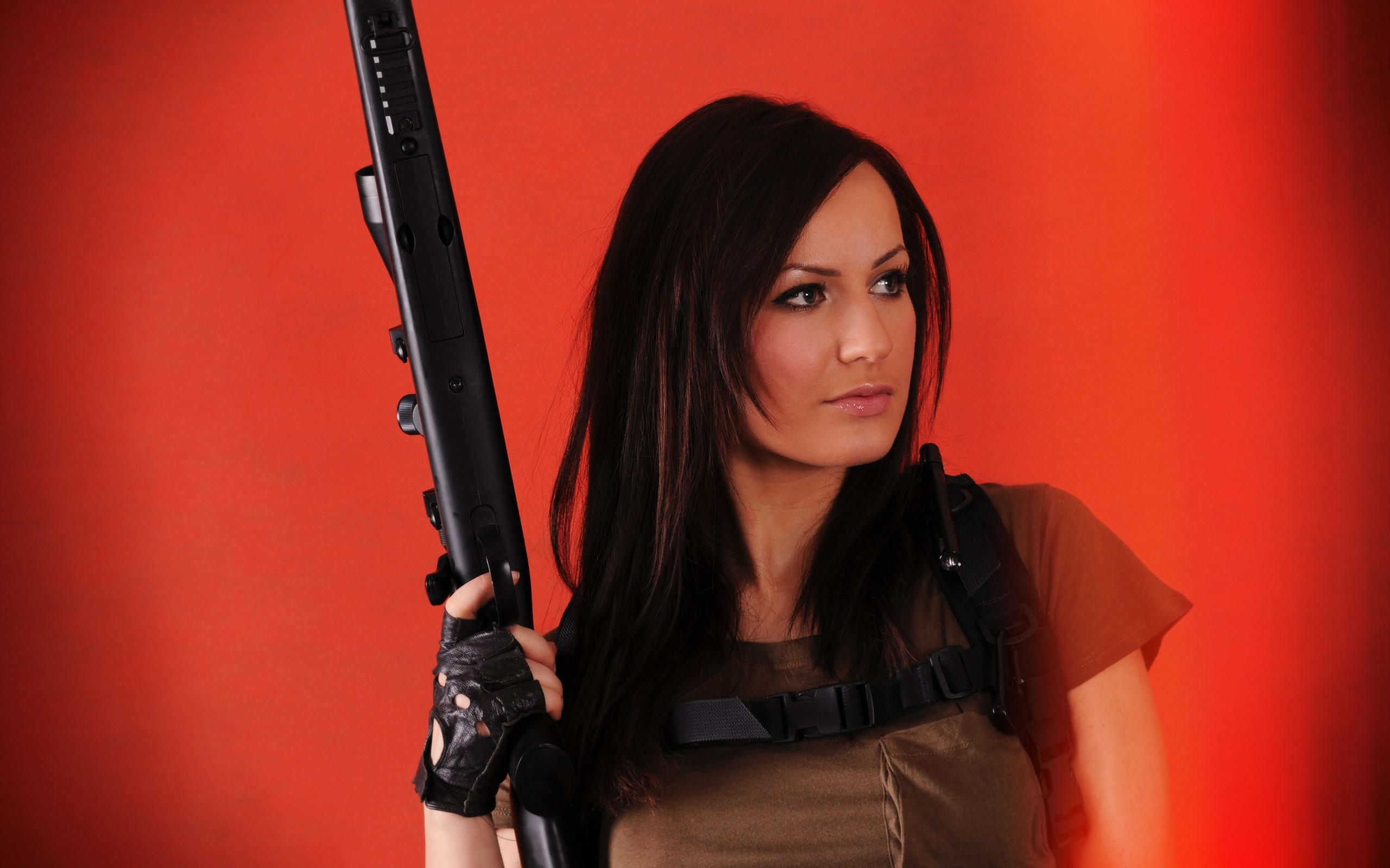 Una chica y un rifle - 2560x1600
