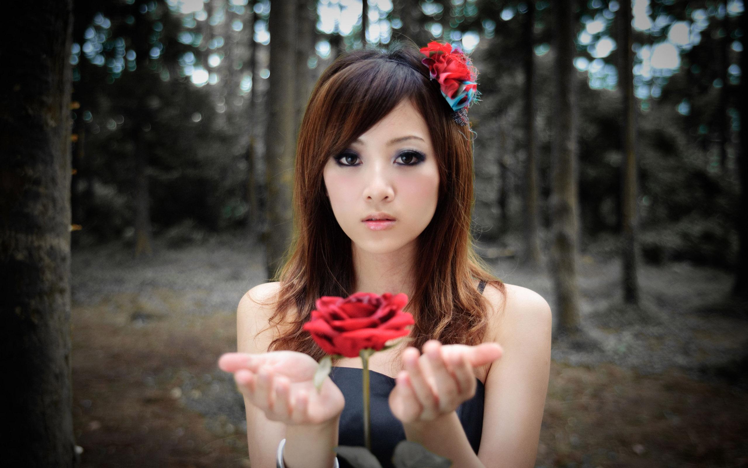 Una chica y una flor roja - 2560x1600