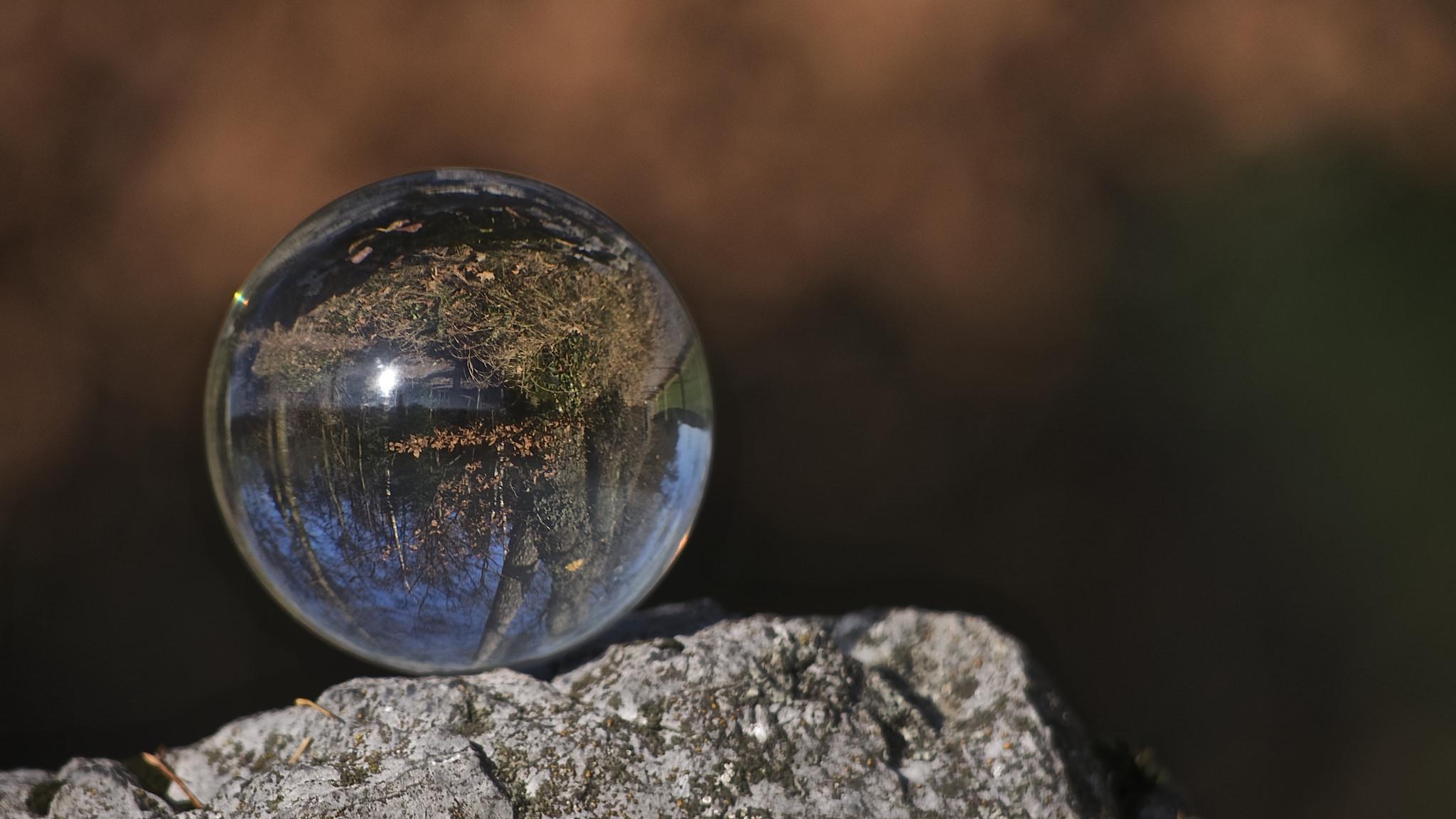 Una esfera transparente - 2048x1152