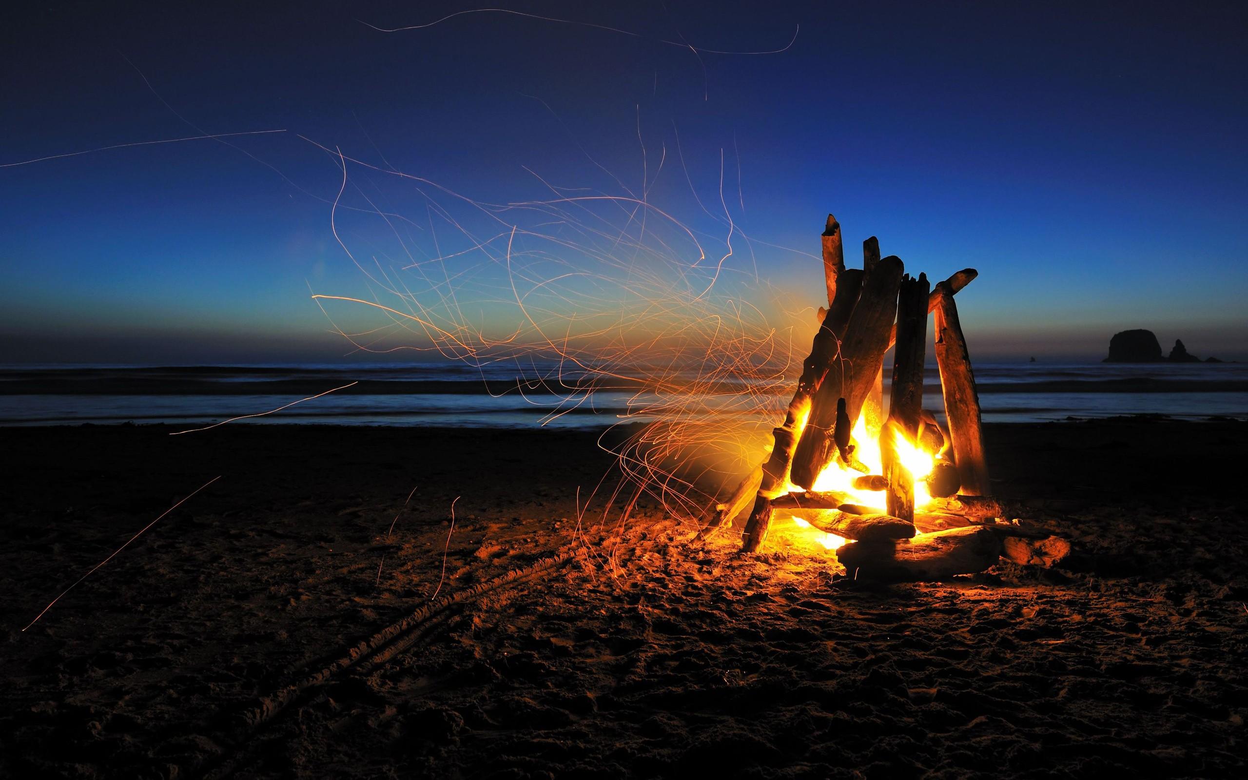 Una fogata en la playa - 2560x1600