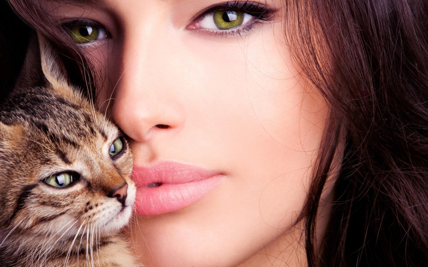 Una mujer bella y un gato - 1680x1050